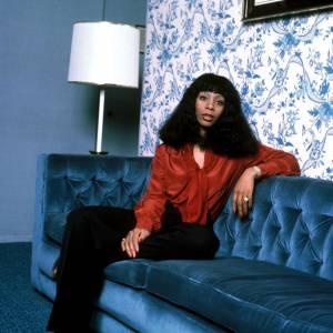 Dans les 70's : même lorsque les tenues de Donna Summer se font plus raisonnables, ses coiffures restent toujours plus exubérantes.