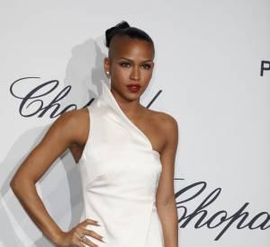 Cassie veut faire mouche et choisit une robe asymétrique blanche.