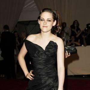 La robe noire avant : moulant et à moitiée transparente, la robe pouvait paraître une bonne idée mais avec sa facture dramatique, elle sonne faux sur une modeuse aussi peu à l'aise que Kristen Stewart.