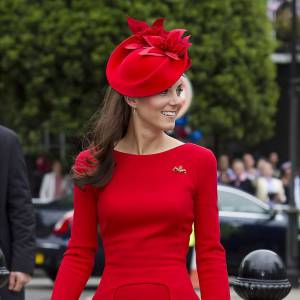 La jeune femme brille dans une création Sarah Burton pour Alexander McQueen. Elle s'affiche avec une robe rouge, version modifiée de celle présentée sur le podium de la pré-collection Automne 2012. Avec ses LK Bennett nude, elle s'offre des gambettes interminables.
