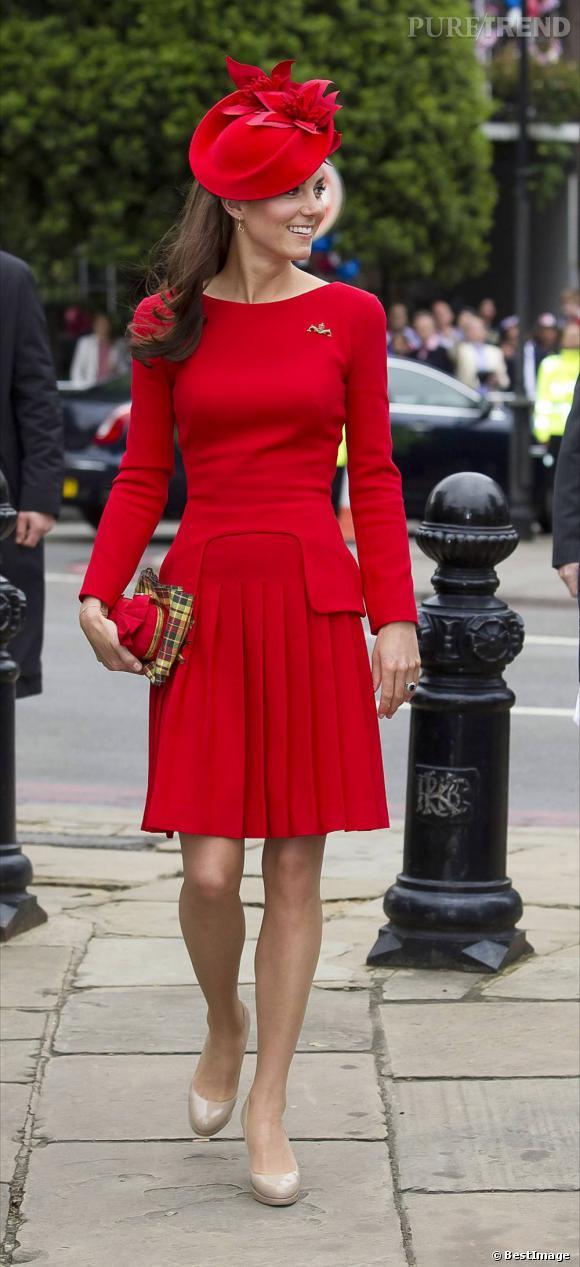 La jeune femme brille dans une création Sarah Burton pour Alexander McQueen.  Elle s   3ef91bbaa70