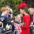 Devant la foule, Kate Middleton s'arrête et papote.