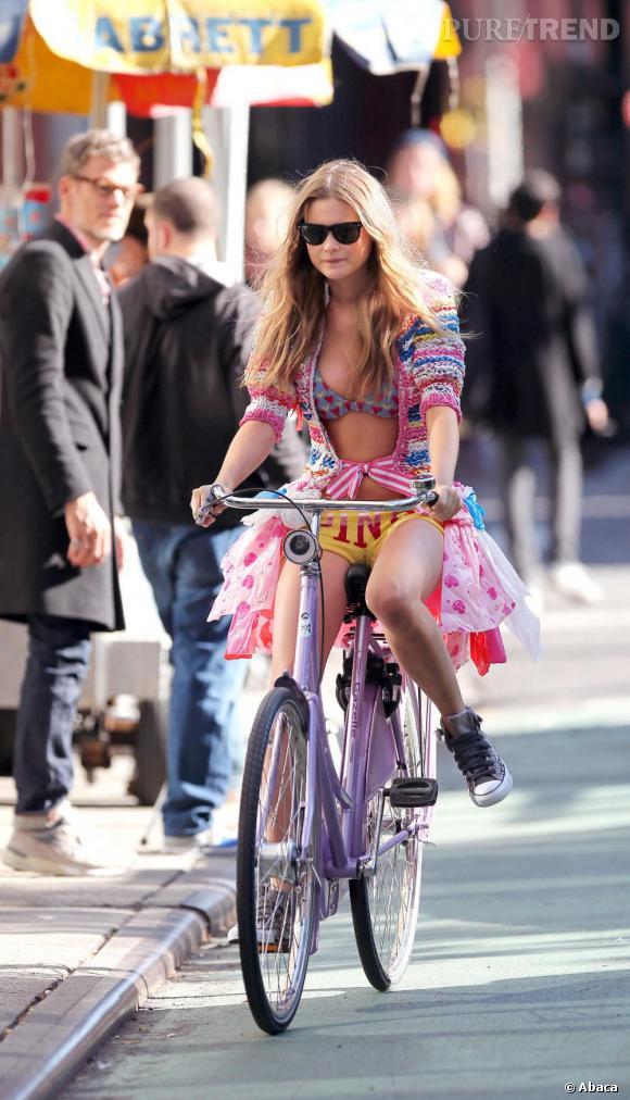 Avec sa tête de poupée elle arrive à nous faire oublier qu'elle fit du vélo en sous-vêtements. (Pour les besoins d'une pub rassurez-vous.)