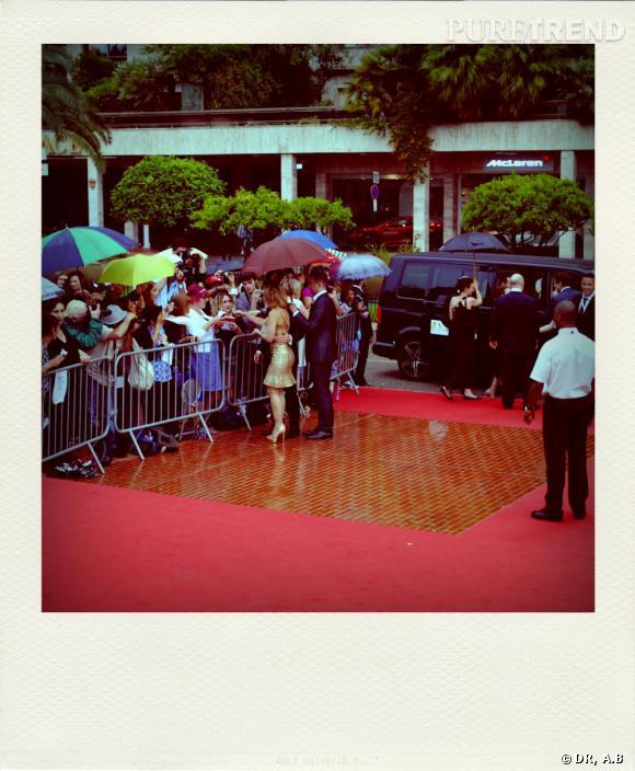 Les stars signent des autographes devan le tapis rouge.