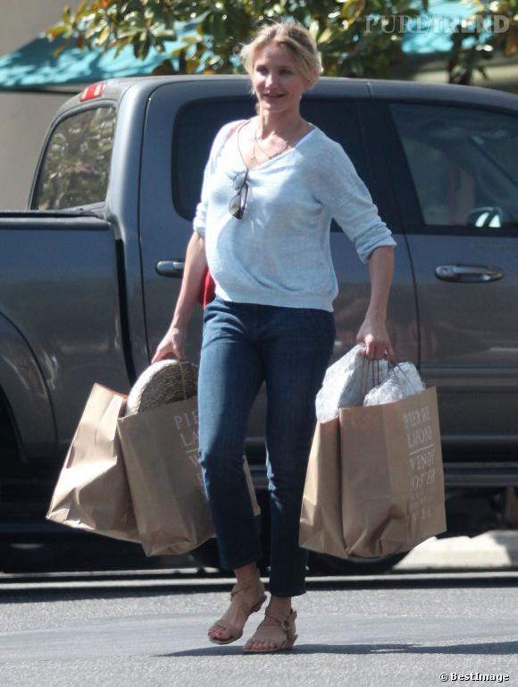 Cameron Diaz fait ses courses comme Madame-Tout-le-monde, privilégiant le confort à la mode. Vu comme elle est chargée, elle a eu raison !