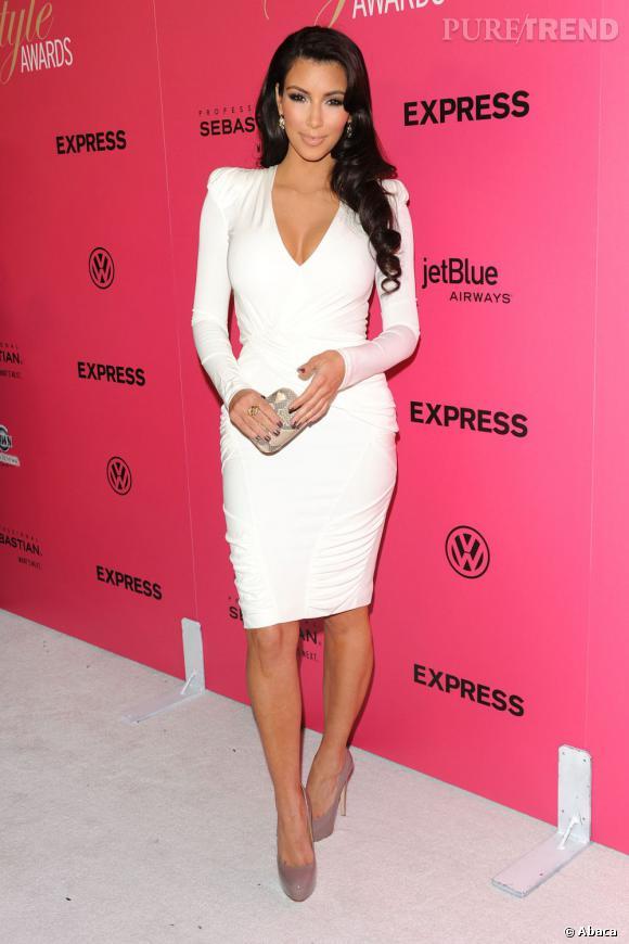 """Le top """"petite robe blanche"""" :  sexy et parfaitement mise en valeur, Kim Kardashian a tout compris."""