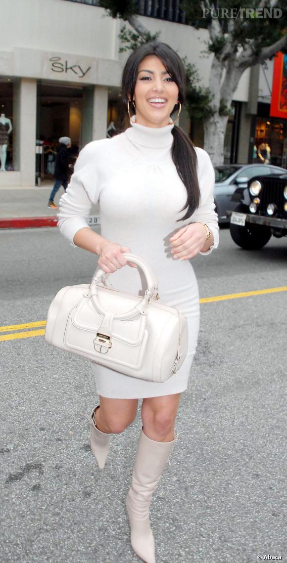 """Le flop """"petite robe blanche"""" :  la robe à la limite on pourrait dire oui, mais le total look accessoires, on refuse catégoriquement."""