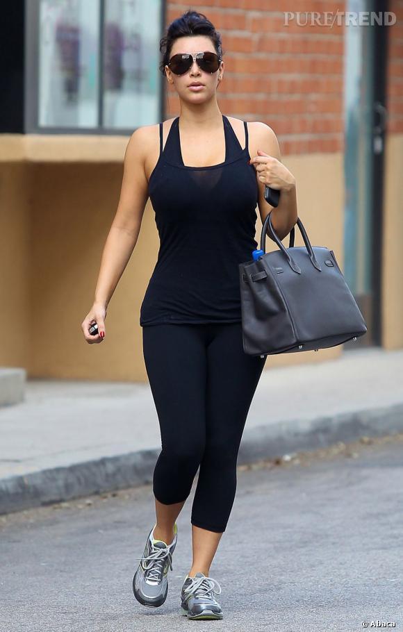 """Le top """"look de sport"""" :  total look noir et accessoire chic, on dirait à peine qu'elle se prépare à transpirer."""