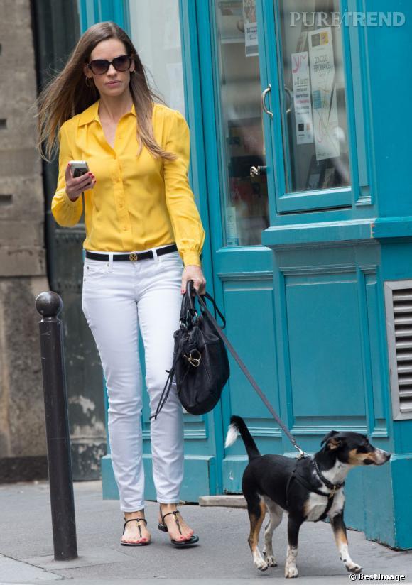 Hilary Swank et son chien dans les rues de Paris le 19 juin.