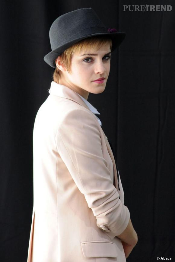 Comment porter le chapeau ? Emma Watson le porte sur cheveux courts et laisse ses pointes sortir déilcatement.