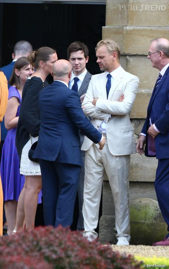 Les invités se rassemblent autour du marié, Adrian Fillary