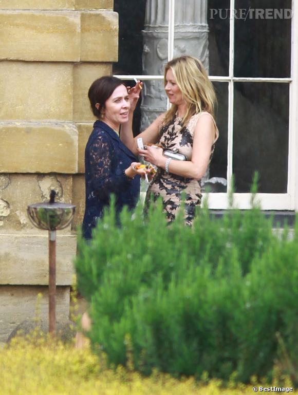Kate Moss est très à l'aise au mariage de Jade Jagger et Adrian Fillary. Elle semble connaitre beaucoup de monde