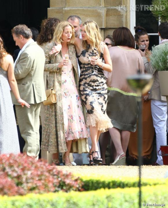 Lucie de la Falaise et Kate Moss papotent au mariage de Jade Jagger et Adrian Fillary