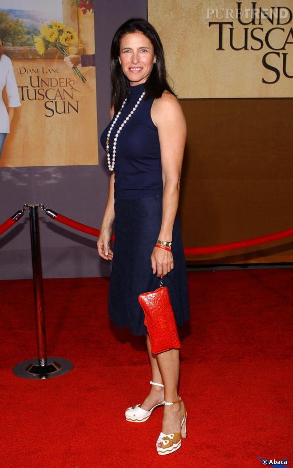 Le look red carpet  : si on accepte l'ensemble bleu nuit, on comprend mal l'accessoirisation qui détonne.