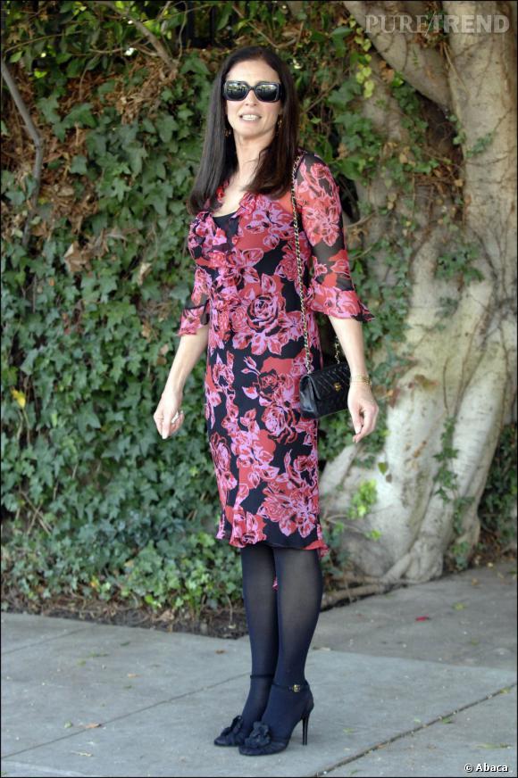 Le look de rue  : Décidement Mimi Rogers aime les tenues très bon chic bon genre.