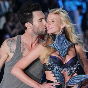 Adam Levine a tout compris au star system, hop, un petit bisou à sa chérie pendant le défilé Victoria's Secret, et le voilà qui passe de chanteur à beau gosse d'Hollywood