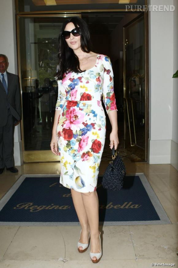 Monica Bellucci, moulée dans une robe mode Dolce & Gabbana.