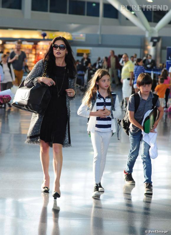 Elle sort le grand jeu avec une paire de talons, une petite robe noire et une veste longue en tweed.
