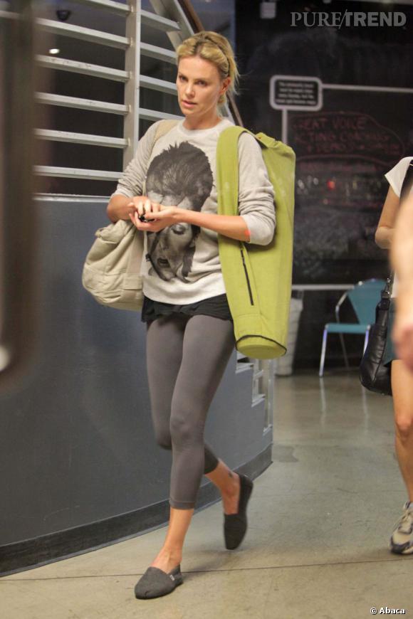 Pour prendre l'avion, Charlize Theron se la joue cocooning et quoi de mieux que le confort des espadrilles.