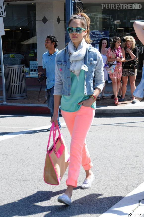 Lorsqu'elle adopte un look totalement pop, Jessica Alba n'oublie pas de mettre ses espadrilles au pas et choisit un modèle à paillettes argentées.