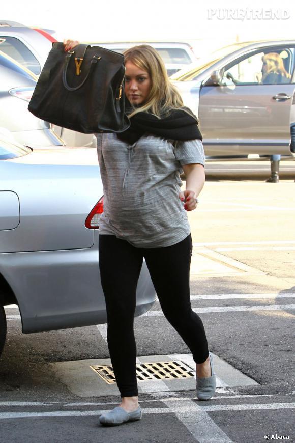 Quand on est enceinte, le confort est primordiale. Hilary Duff laisse les talons aux placards pour une paire d'espadrilles grises.