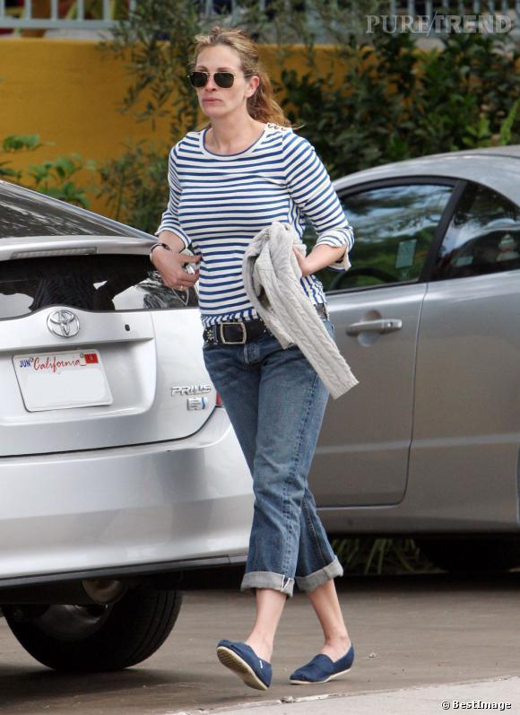 Julia Roberts a beau être une actrice hollywoodienne, au quotidien elle ne mise que sur des basiques. Elle complète son duo marinière - boyfriend jeans avec une paire de TOMS bleu marine.
