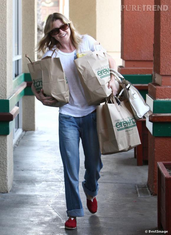 Pour faire les courses, inutile d'en faire des tonnes, Elle Pompeo sort ses TOMS rouges.