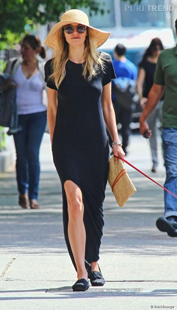 Jessica Hart ose la paire basique noire avec une robe et elle s'offre un petit succès.