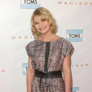 Emilie de Ravin adopte le dress code TOMS lors d'une soirée de la marque.