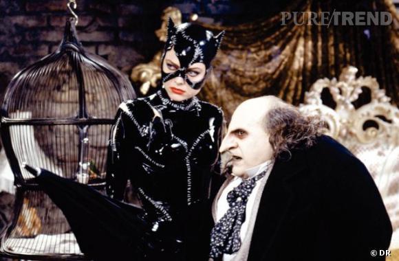 """Dans """"Batman, le défi"""", Stan Winston donne vie au personnage de Pingouin. Teint blafard, orbites noires et creusées, nez démesuré et crochu, bouche noire, Danny DeVito y est monstrueux. Pas étonnant de la part d'un maquilleur ayant oeuvré sur """"Predator"""", """"Terminator"""" et """"Alien"""". Catwoman quant à elle, se veut glamour, avec son smoky eye intense et sa bouche rouge carmin. Un vrai pied de nez aux autres personnages du film."""