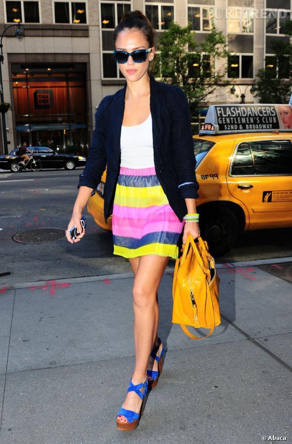 Jessica Alba, sublime en jupe néon dans les rues de New York, le 25 juillet dernier.