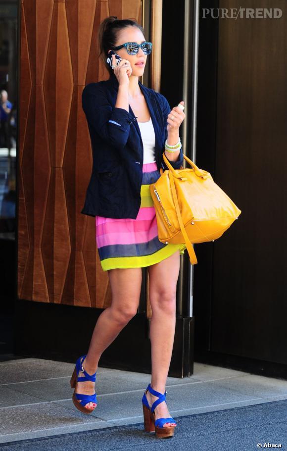 Jessica Alba accorde subtilement ses accessoires aux tons de sa jupe.