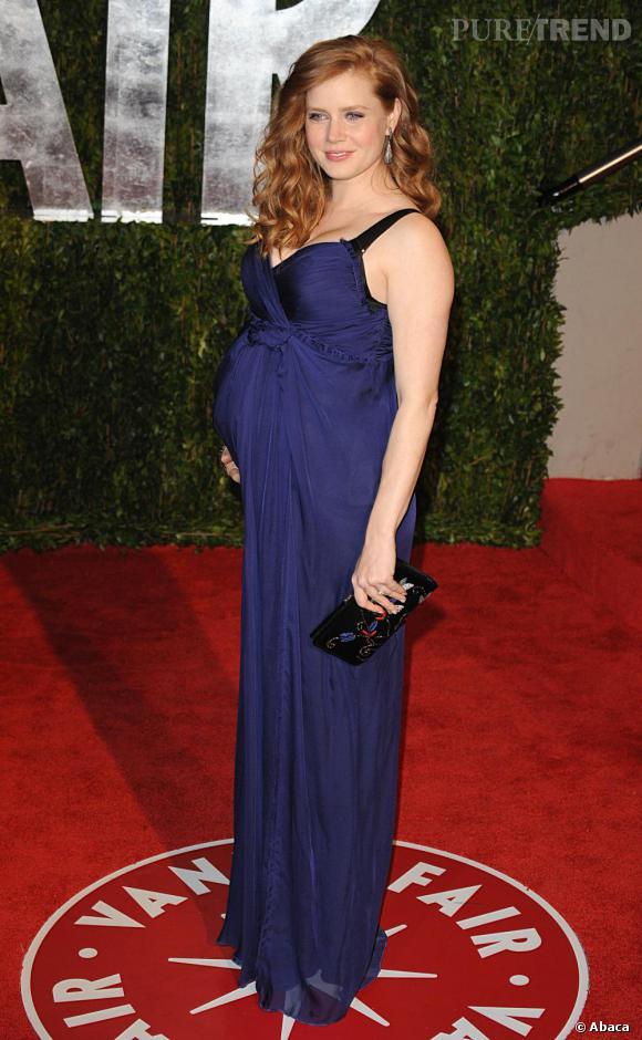 Amy Adams met en valeur son petit ventre rond dans une robe bleu nuit.