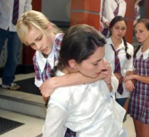 Isabel Lucas dans Summer Bay (la blonde).