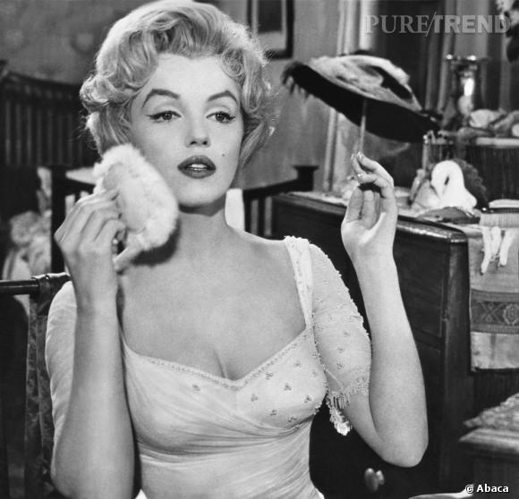 Un teint diaphane poudré, une bouche rouge carmin et un regard agrandi aux faux-cils, tels étaient les secrets du make-up de l'icône beauté.