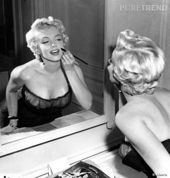 Pour parfaire son beauty look, Marilyn dessinait au crayon la fameuse mouche qui ornait le dessus de sa bouche. Un détail ô combien coquin.