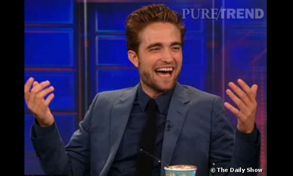 Robert Pattinson partage une délicieuse glace avec Jon Stewart, le présentateur du Daily Show