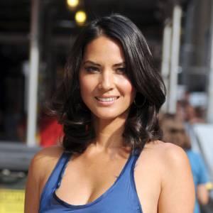 En arrivant, l'actrice porte une robe bleue très découpée, à la taille soulignée par une ceinture en cuir