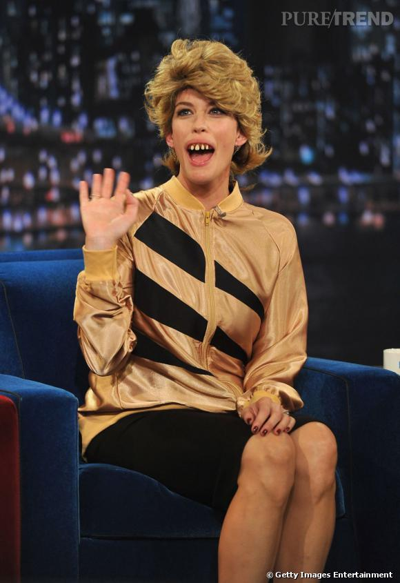 """Liv Tyler déguisée en horrible coach vocal lors du """"Late Night Show with Jimmy Fallon""""."""