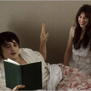"""Peter Doherty se réinvente acteur aux côtés de Charlotte Gainsbourg pour """"Confession d'un enfant du siècle""""."""
