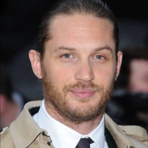 Tom Hardy associe ses cheveux longs tirés en arrière à une barbe tirant vers le roux. Barbant ?