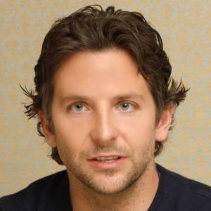 Bradley Cooper a la pilosité timide et se laisse juste envahir par une barbe de trois jours parfaitement propre.