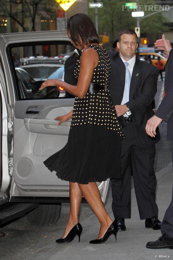 Michelle Obama allonge sa silhouette à l'aide d'escarpins en cuir noir verni.