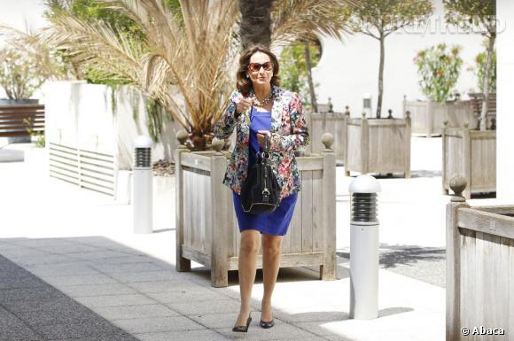 La tenue mode : Ségolène Royal mixe le bleu électrique avec une veste aux fleurs XXL. Les tendances, ça la connait !
