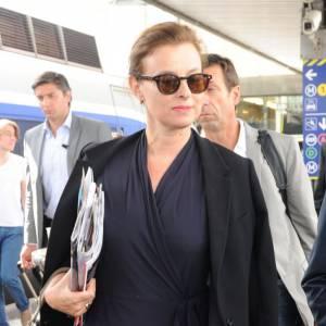 La tenue mode : Classique et élégante, Valerie Trierweiler mise sur le noir. Avec les lunettes de soleil pour se la jouer people !