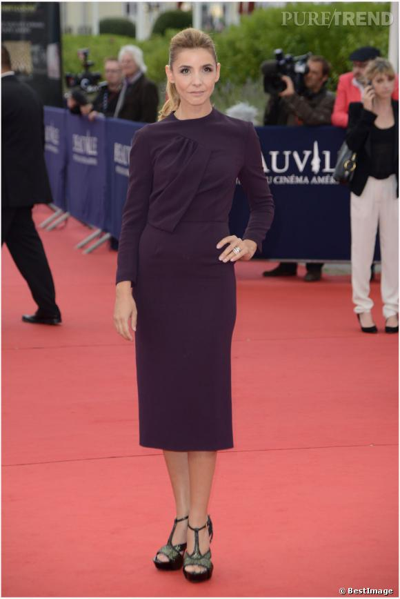 Clotilde Courau joue les working-girls sexy dans une robe prune à manches longues.