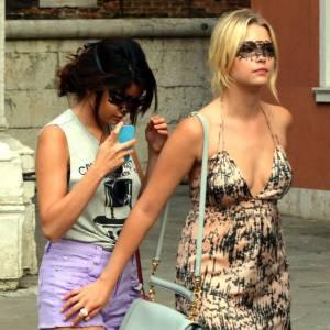 Tenues de ville mais loups en dentelle, Selena et Ashley jouent le cliché à fond.