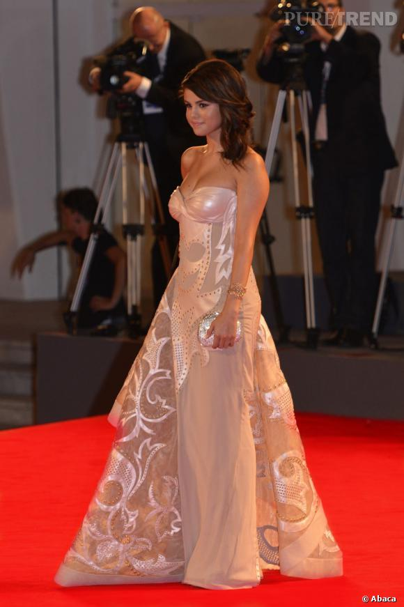 Selena tire son épingle du jeu en robe Atelier Versace pré-collection Automne 2011.