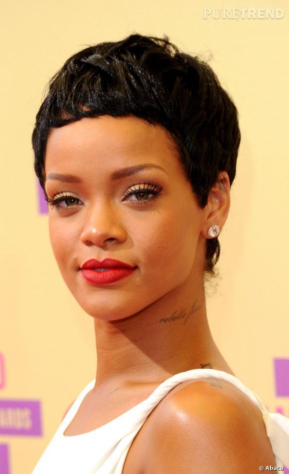 Rihanna a créé un mini-évènement en coupant ses cheveux courts. Le résultat n'est pas très naturel, on pourrait même se demander s'il ne s'agit pas d'une perruque.