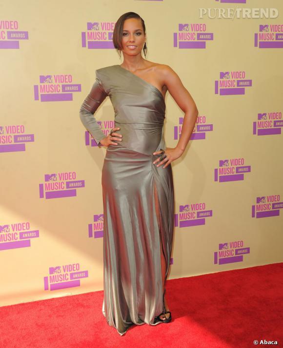 Alicia Keys n'a toujours pas compris quelle coupe de vêtements pouvait flatter sa silhouette.